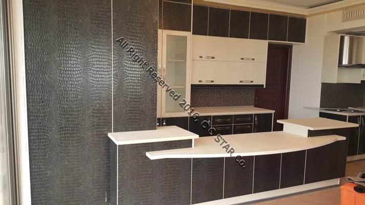 نمونه بکارگیری ورقهای کروکودیل سبز و سفید چرمینه چوب استار در ساخت کابینت آشپزخانه
